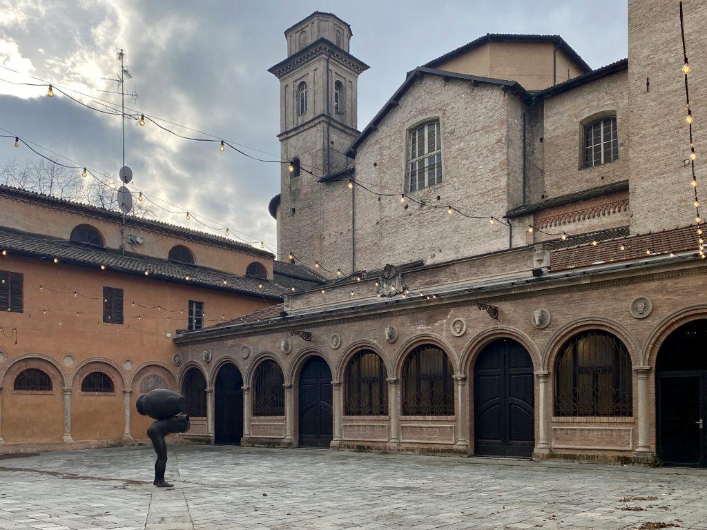 """L'opera permanente di Robert Morris """"Less than"""" ai Chiostri di San Domenico di Reggio Emilia"""